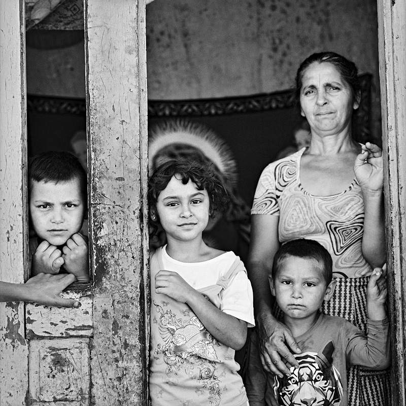 © Christine Turnauer – Roma family, Romania, 2016, Courtesy KLV Art Projects