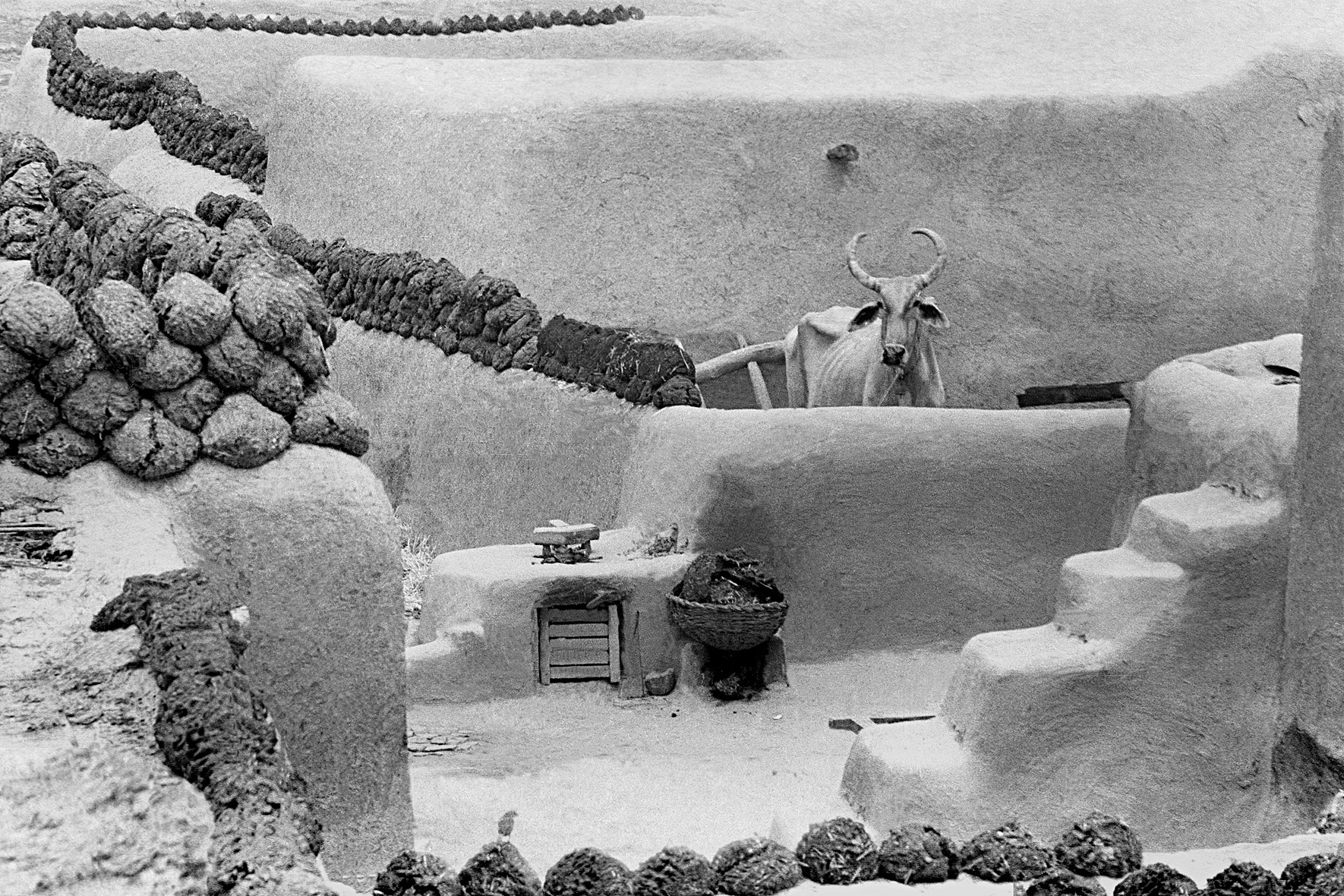© Frank Horvat – Village with cow dung drying on the walls, Pakistan, 1952, Courtesy KLV Art Projects