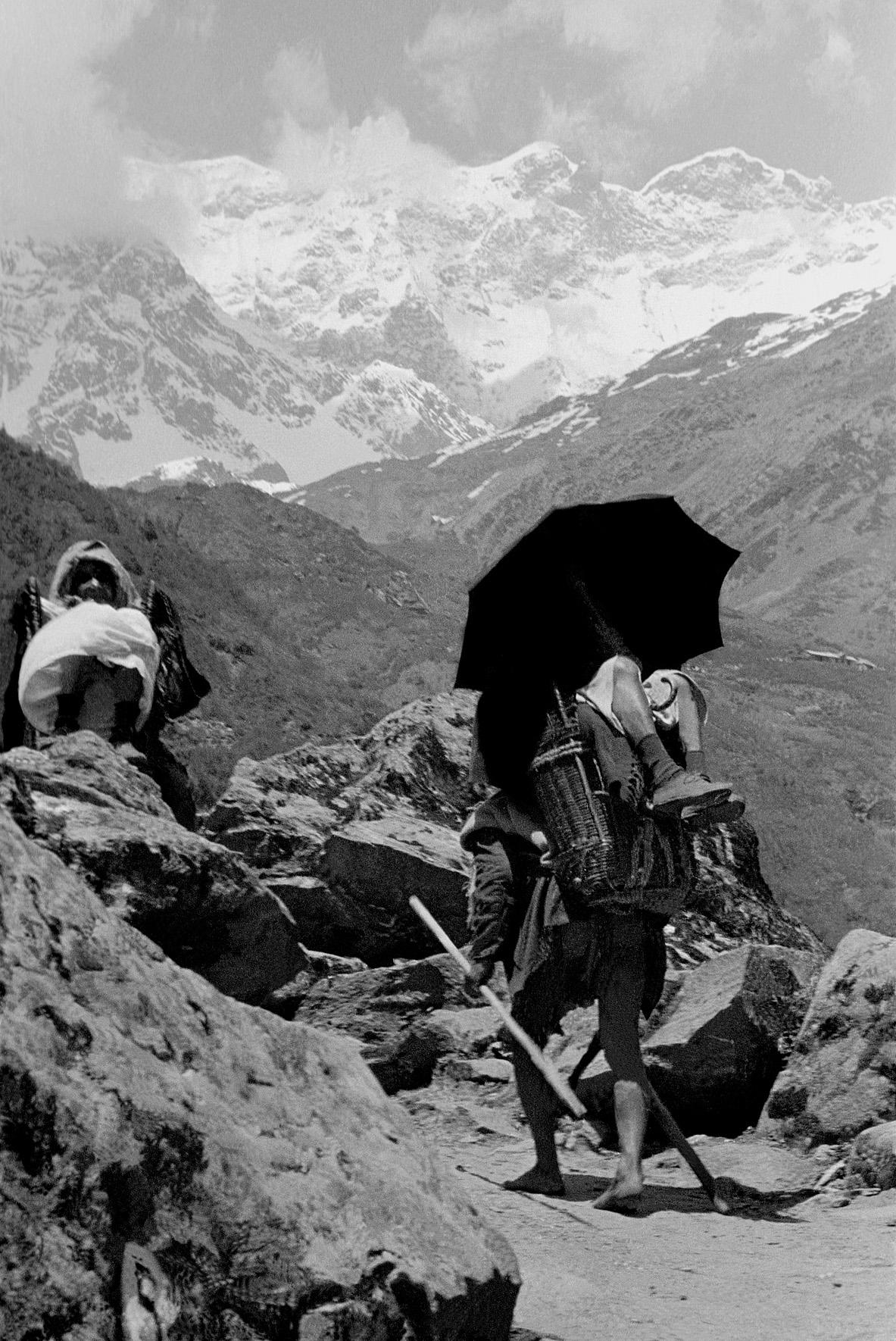 © Frank Horvat – Pilgrim with umbrella, India, 1953, Courtesy KLV Art Projects