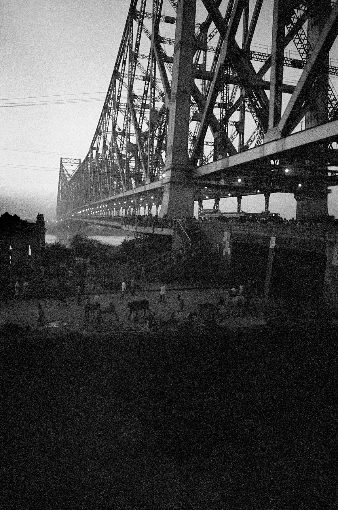 © Frank Horvat – Howrah bridge, at dusk, India, 1962, Courtesy KLV Art Projects