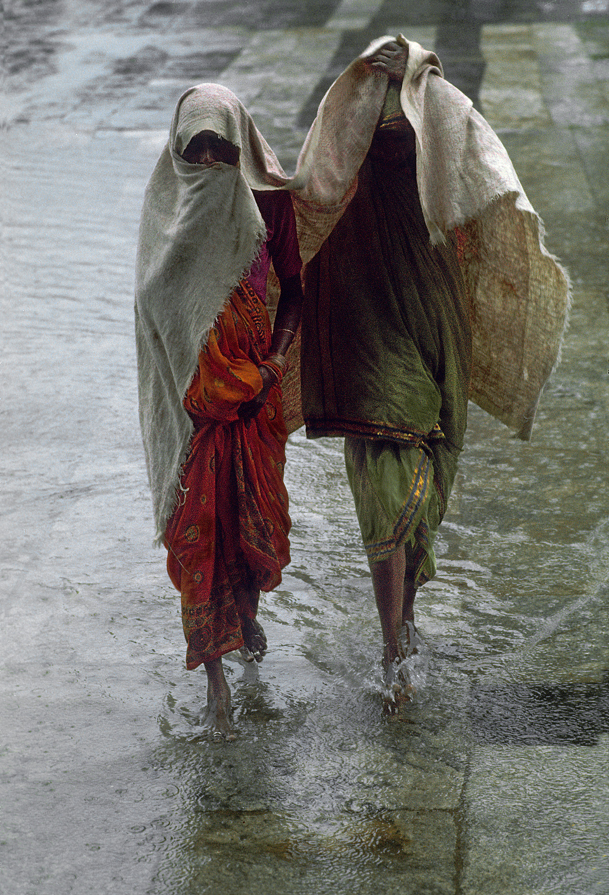 © Frank Horvat – Two women in the monsoon rain Madras, India, 1975, Courtesy KLV Art Projects