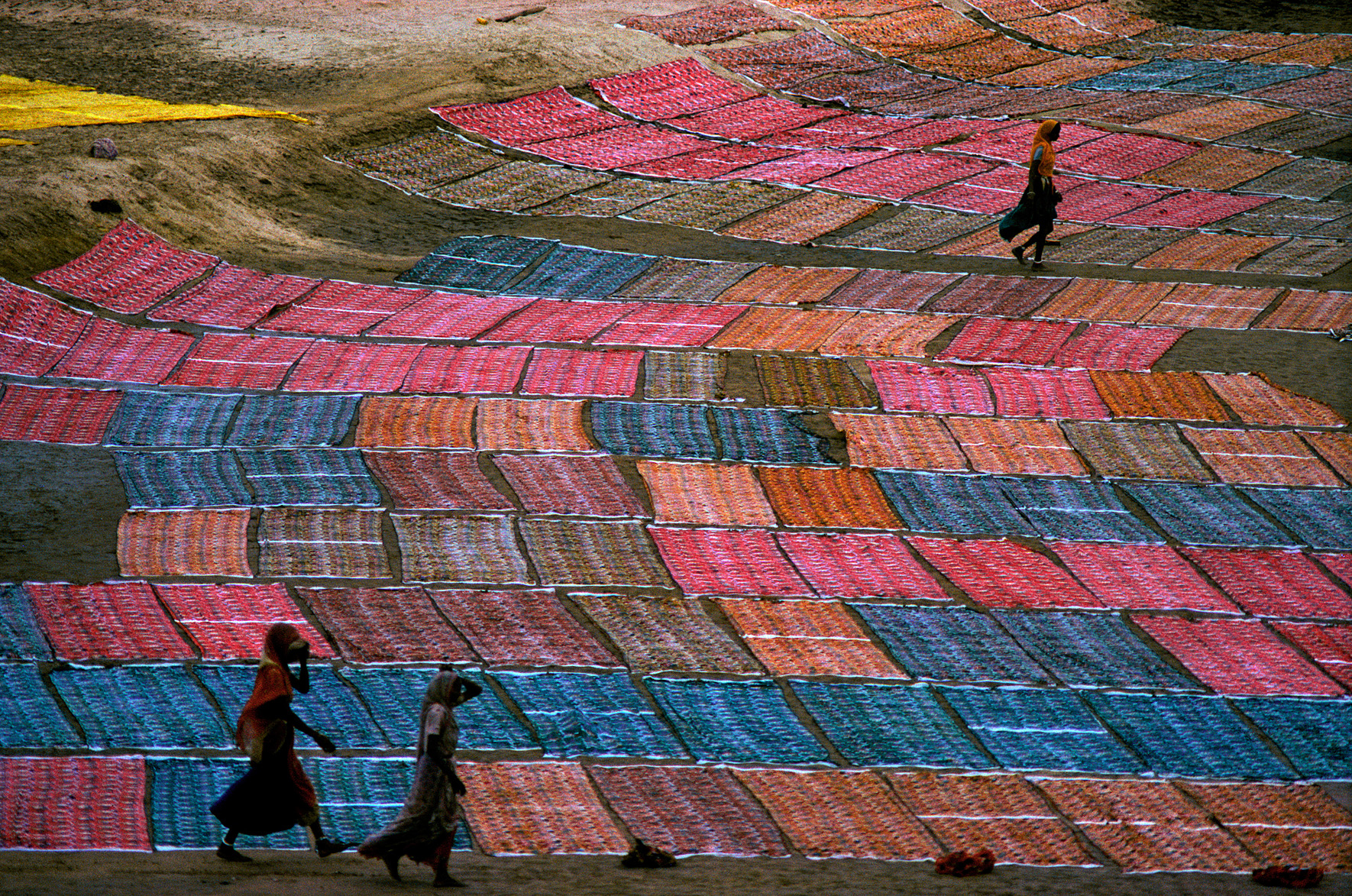 © Frank Horvat – Dyeing fabrics (a), India, 1975, Courtesy KLV Art Projects